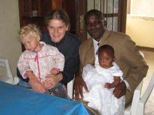 Der stolze Papa mit Delissia, die getauft wurde.