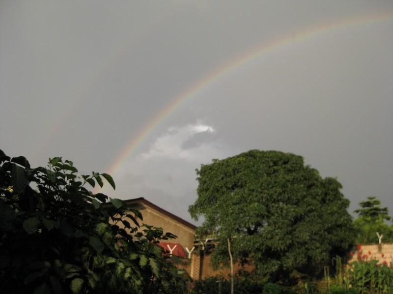 Regenbogen über Bujumbura, sogar mit einem zweiten Regenbogen